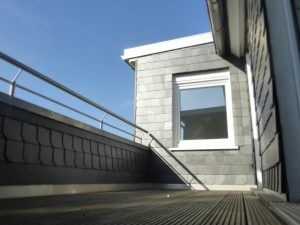 Hoch über den Dächern sonnen und ungestört auf der Dachterrasse sitzen.