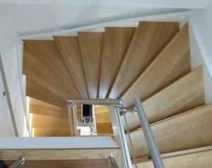 Die Treppen sind übereinander. Dadurch sehr wenig Raumverlust.